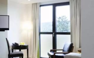 Тонировка окон в квартире: виды и способы оклейки